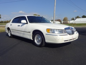 1999 Lincoln Town Car with 85,968 miles showing