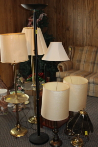 7 assorted lamps, end table with attached lamp, glass lamp shade